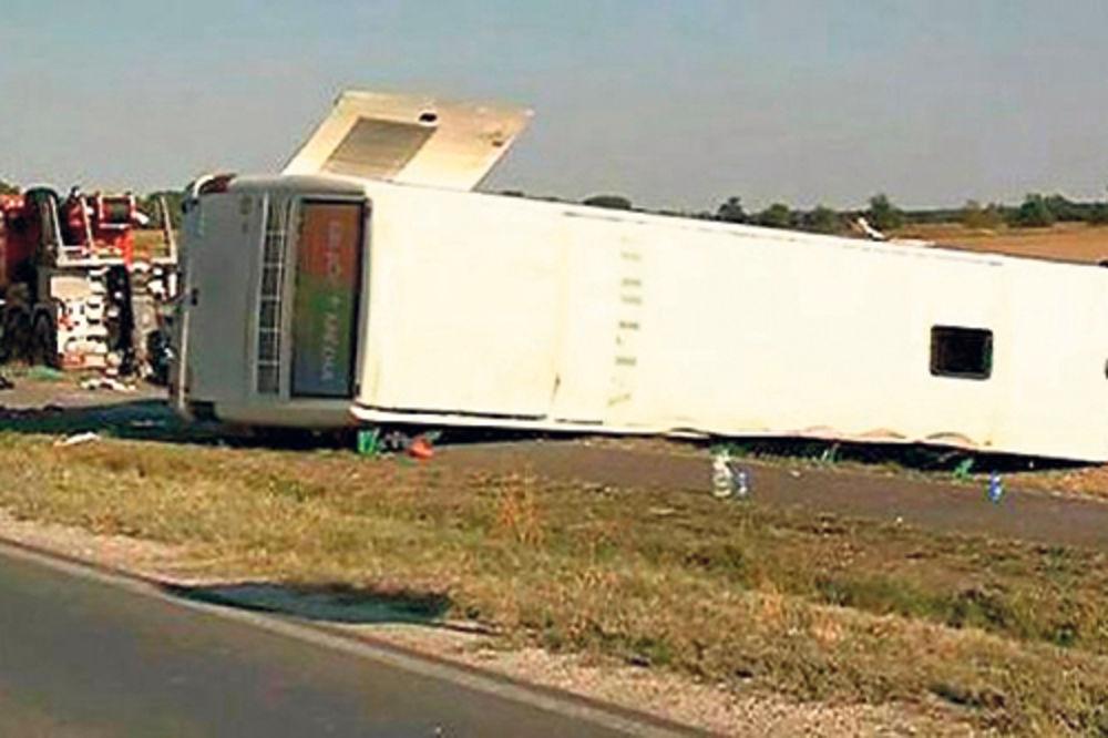 Prevrnut autobus... Vozač je pokušao da izbegne direktan sudar, pa je sleteo s puta
