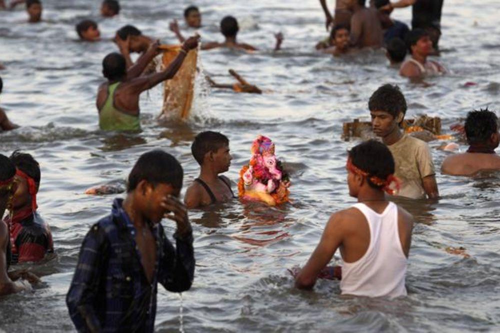 SIROMAŠNI NE KORISTE TOALETE: Indijski grad počeo deci da plaća odlazak u WC