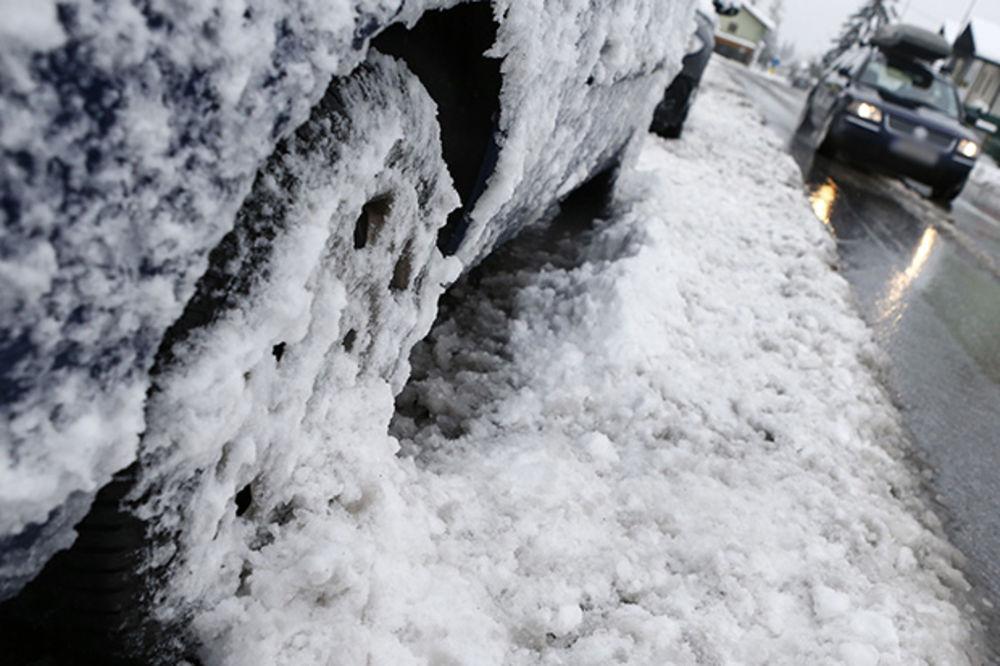 VOZAČI, OPREZ: Na Kopaoniku minus 2 i 6 cm snega
