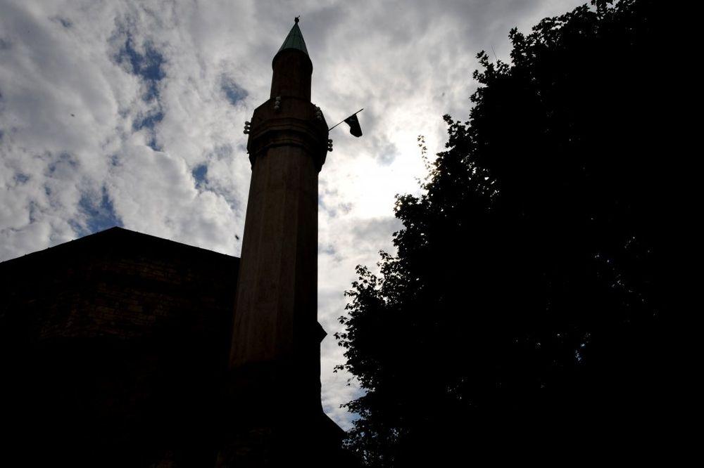 VREĐALI HODŽU: Džihadisti u majcama ISIL- a upali u sarajevsku džamiju, vernici ih izbacili napolje!
