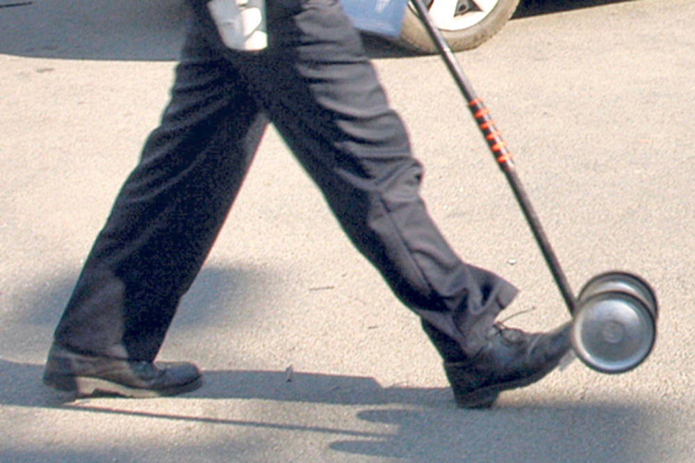 TEŠKA SAOBRAĆAJKA U NOVOM PAZARU: Motociklista naleteo na pešaka