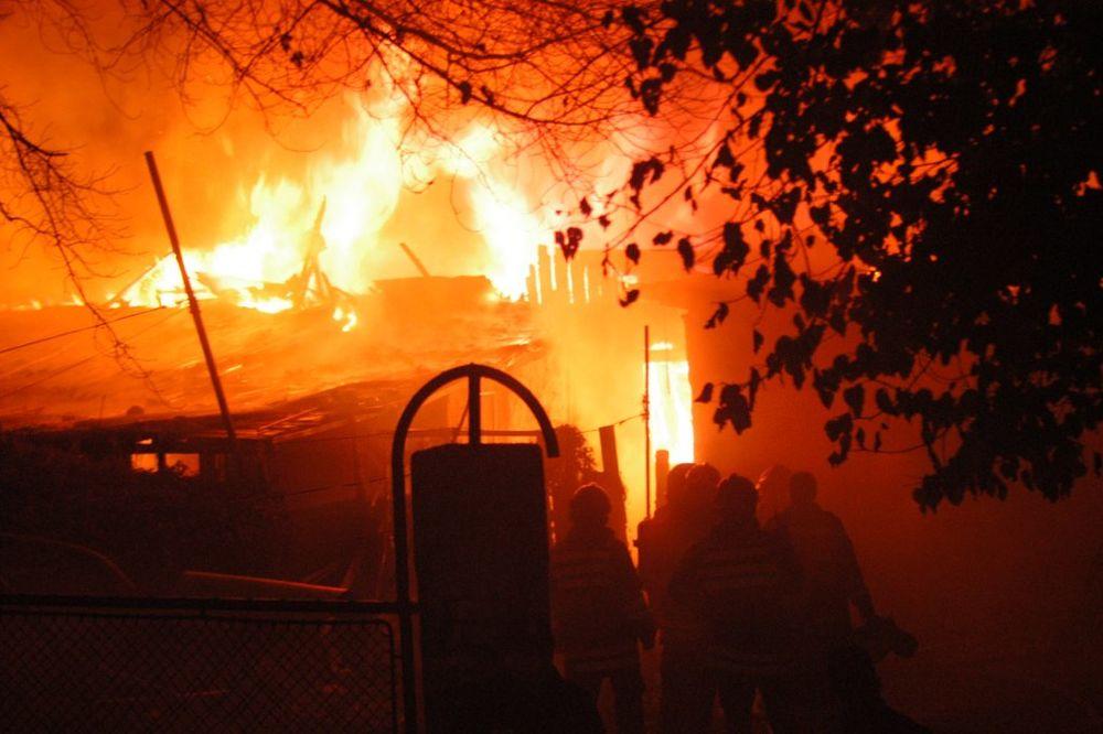 VATRA KOD SAJMA: U požaru izgorela splav kućica