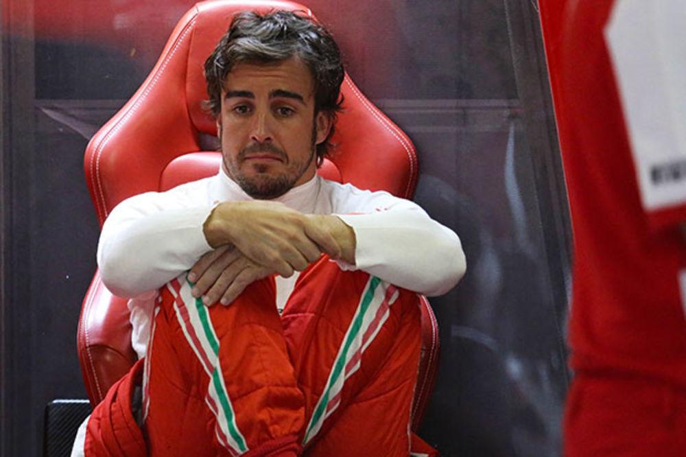 BILO JE KRITIČNO: Alonso je deset minuta sedeo nepomičan
