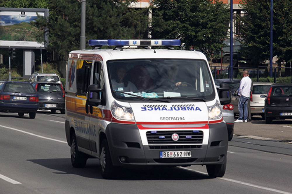 NESREĆA U RIPNJU: Motociklista teško povređen u Avalskoj ulici
