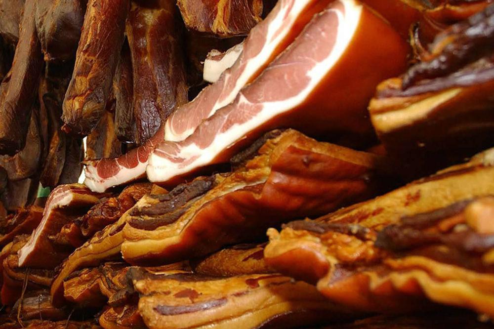 POHARALI ŠPAJZEVE I PUŠNICE: Lopovi odneli 60 kg mesa i zimnicu