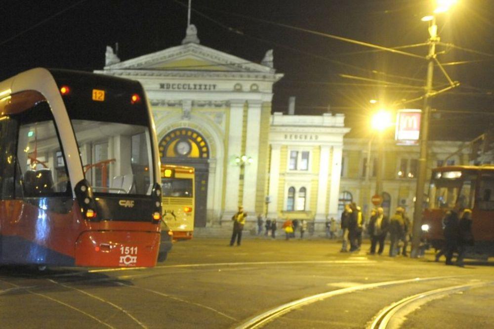 SREĐEN HAOS U NEMANJINOJ: Posle sudara dva automobila, autobus naleteo na tramvaj