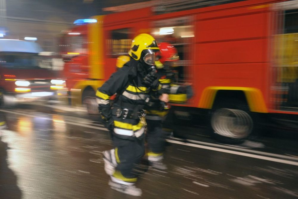 DRAMA KOD RUME: Izgoreo mini bus, putnici jedva izvukli živu glavu