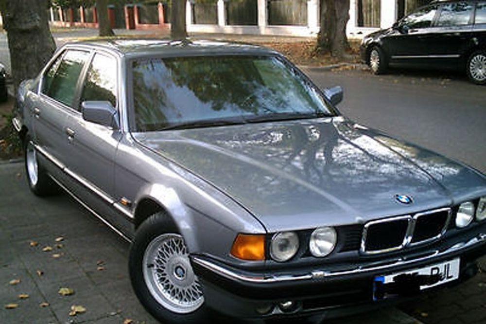 Reč je o momentu kada u BMW unose ranjenog telohranitelja Milana