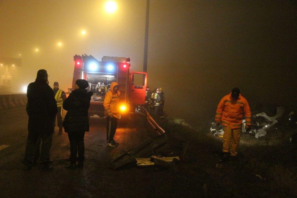 NEVEROVATNA SREĆA U TEŠKOJ SAOBRAĆAJKI: Mercedes prepolovljen od udara, vozač preživeo!