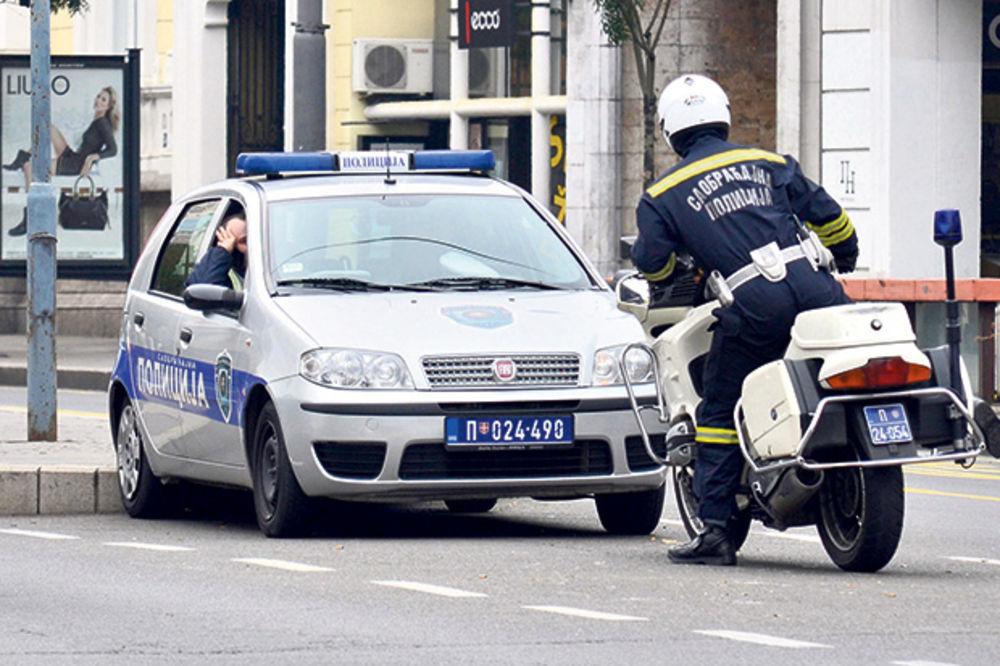 UDES NA KARABURMI: Na uglu Višnjičke i Mirijevskog bulevara prevrnulo se vozilo