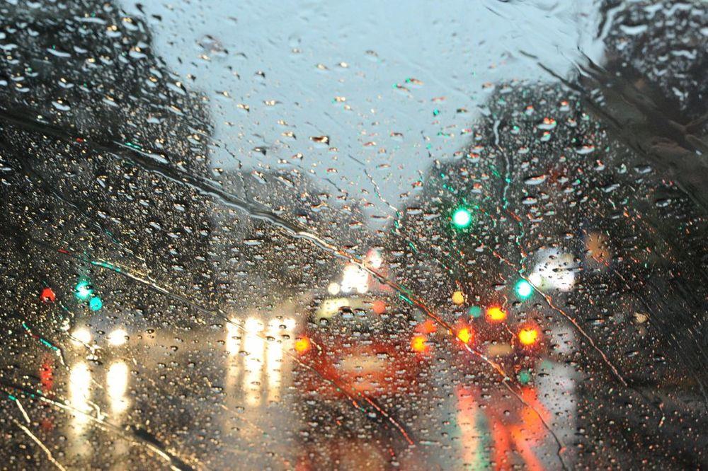VOZAČI, OPREZ: Kolovozi klizavi, saobraćaj usporen zbog kiše