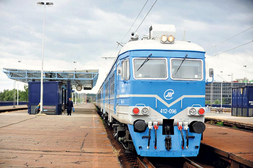 DEBLOKADA ŽELEZNIČKE STANICE: Vozovi pristižu, Beovoz još ne saobraća