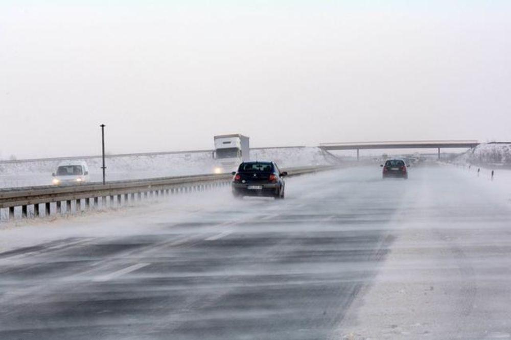 ČUVAJTE SE POLEDICE: Zbog snega saobraćaj po mokrim i klizavim kolovozima