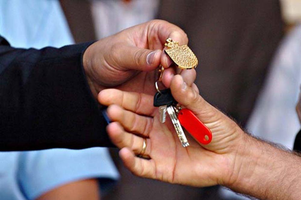 OBNOVA PARAĆINA POSLE POPLAVA: Devenport uručio ključeve kuća