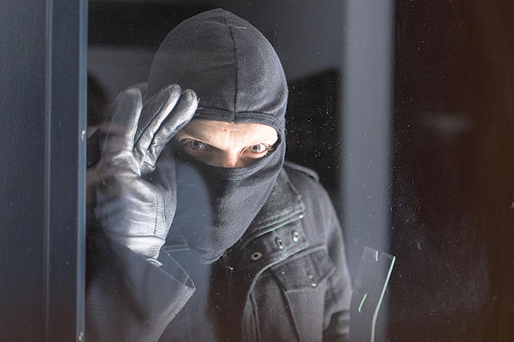 MASKIRANI FANTOMKAMA UPALI U VIKENDICU: Naoružani nožem mučili ženu da im preda novac