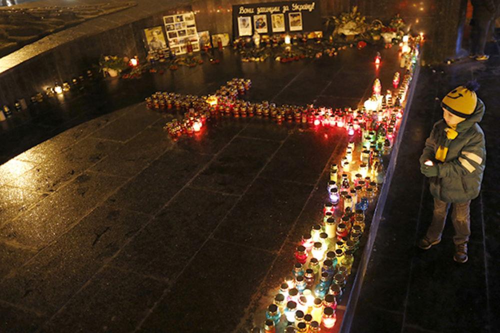 U žalosti: Dečak pored krsta od sveća