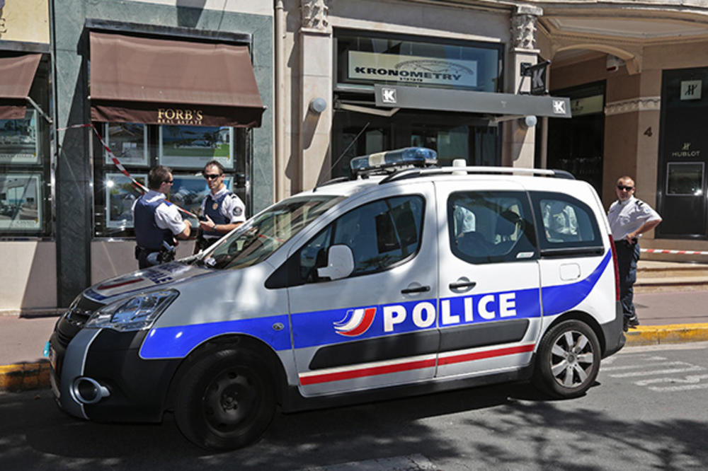 UBILI GA NA LICU MESTA: Vikao Alah akbar i nožem napao francuske policajce!