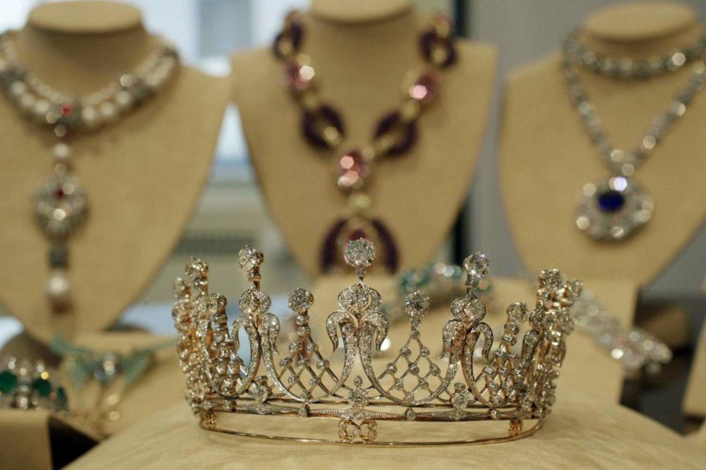MOŽDA SU PINK PANTERI: U Parizu opljačkana zlatara, ukraden nakit od 100.000 evra
