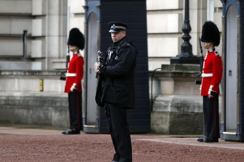 DRAMA U LONDONU: Osuđivani ubica preskočio zid Bakingemske palate i pokušao da dođe do kraljice!