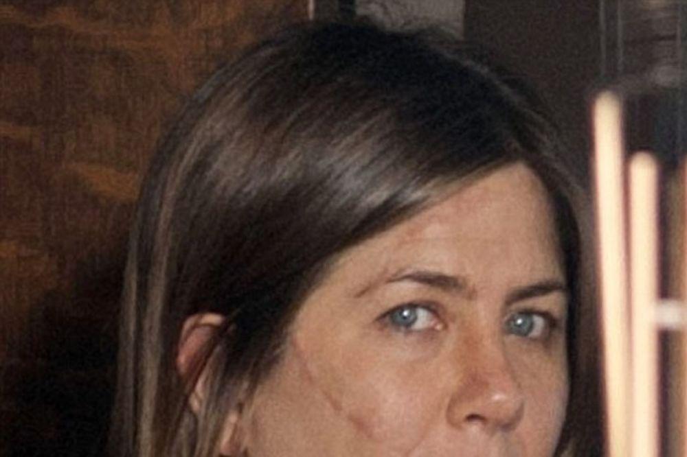 U PANICI ZBOG STARENJA: Šer i Dženifer Aniston nezadovoljne svojim izgledom