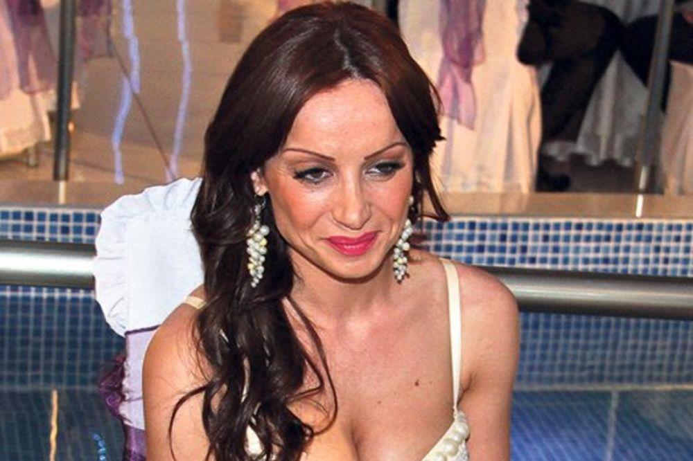 (FOTO) GOLA GOCINA ĆERKA: Jelena pokazala grudi na Fejsbuku!