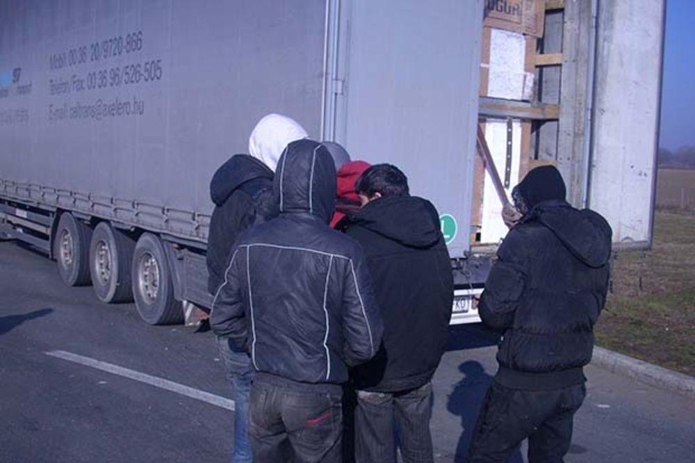 UHAPŠEN  SRPSKI DRŽAVLJANIN: U kombiju švercovao 12 sirijskih izbeglica!