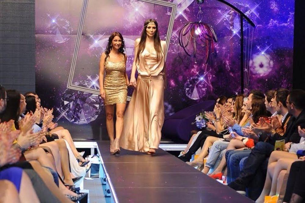 (FOTO) MANDINA PRVA REVIJA: Ćazimova bivša postala manekenka!