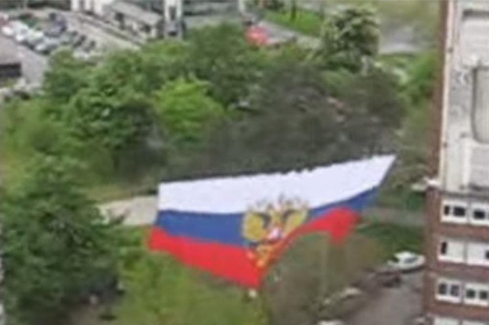 ( VIDEO) DELIJAMA RUSIJA U SRCU: Između dva solitera razvili zastavu dugu 20 metara!