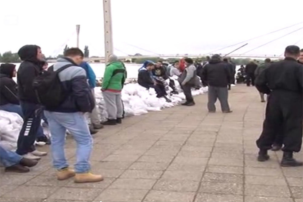 MAJ. 2014 GOD. Polava-sremska-mitrovica-evakuacija-nasip-bedemi-pomoc-foto-tanjug-1400334353-498579