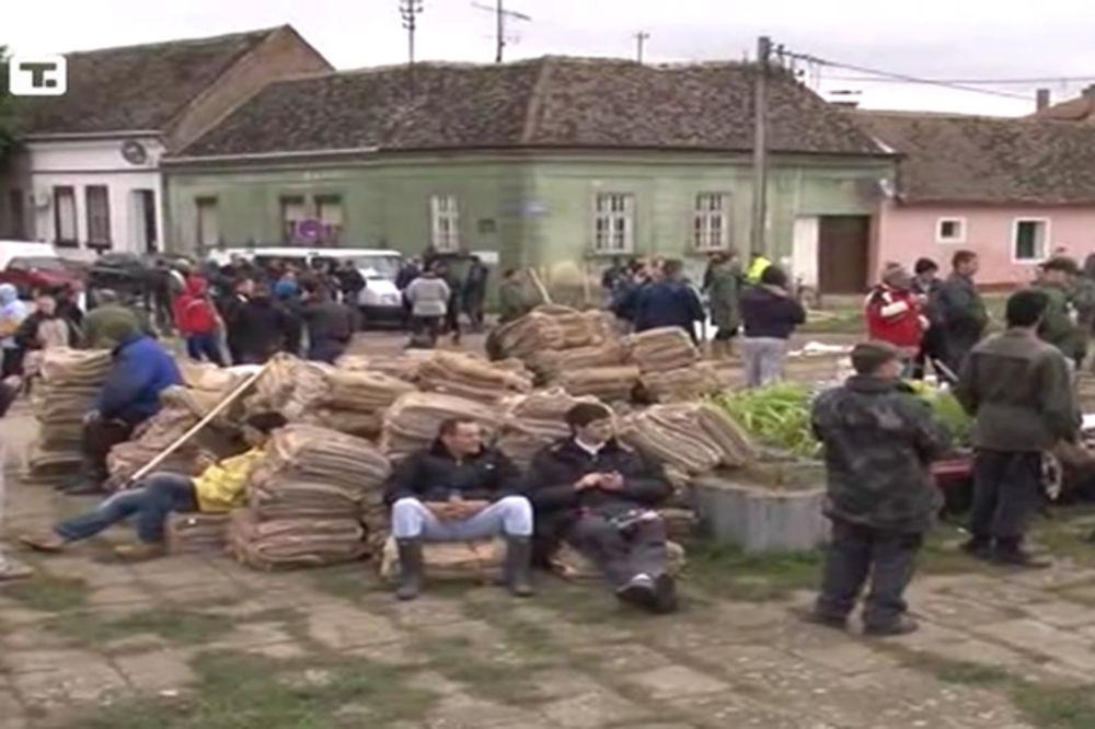 MAJ. 2014 GOD. Polava-sremska-mitrovica-evakuacija-nasip-bedemi-pomoc-foto-tanjug-1400334353-498591