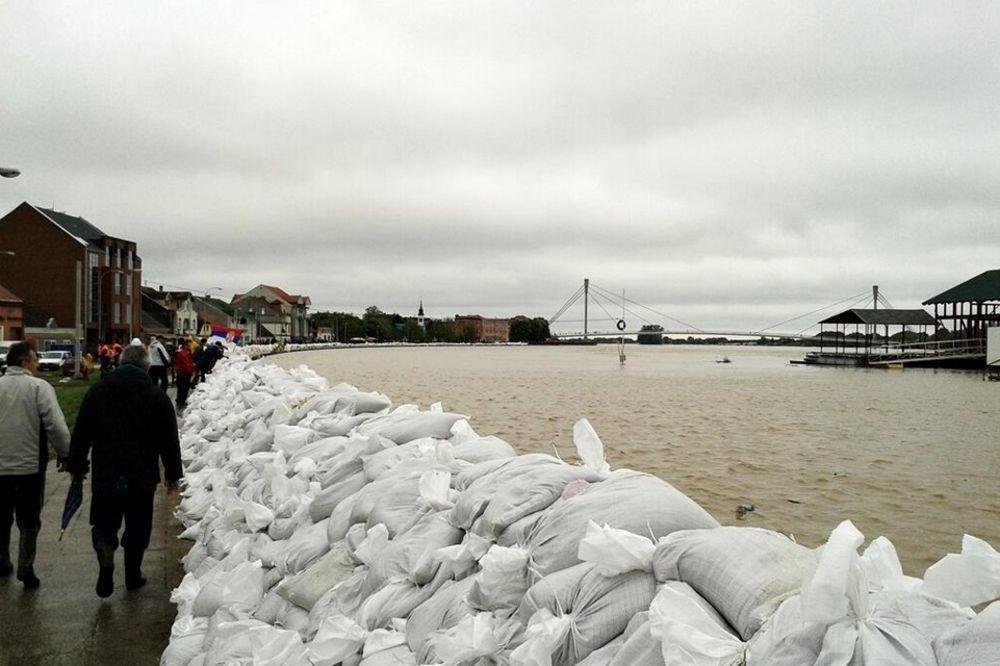 MAJ. 2014 GOD. Sremska-mitrovica-evakuacija-foto-twitter-queensonyk-1400338573-498649