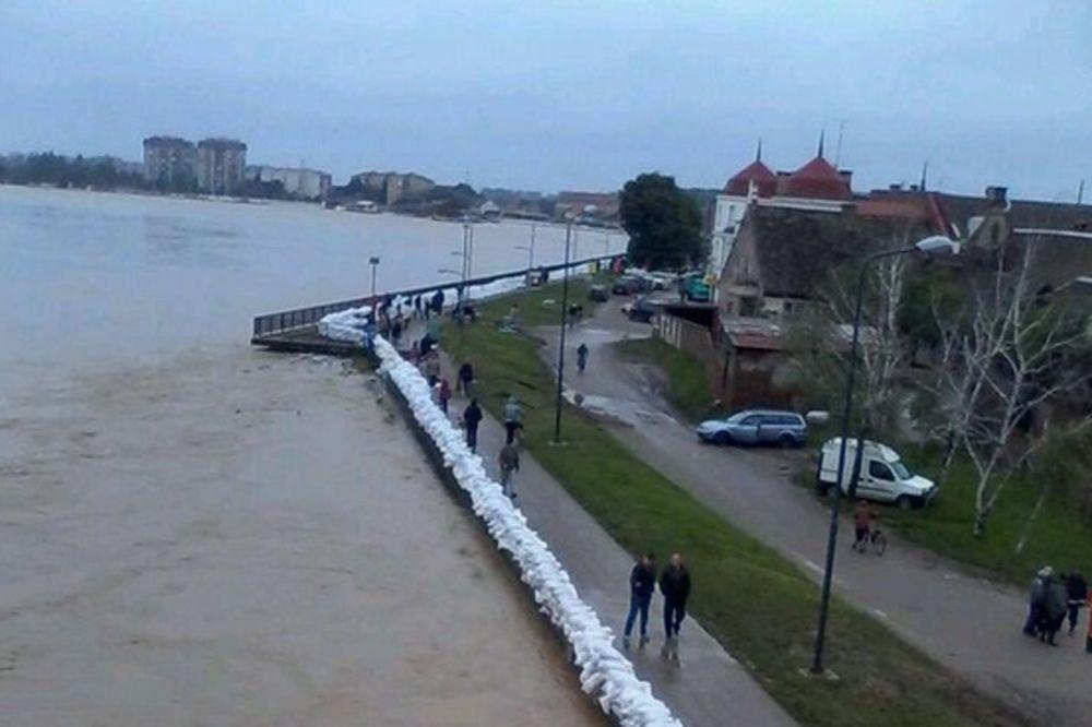 MAJ. 2014 GOD. Sremska-mitrovica-evakuacija-foto-twitter-queensonyk-1400338573-498651