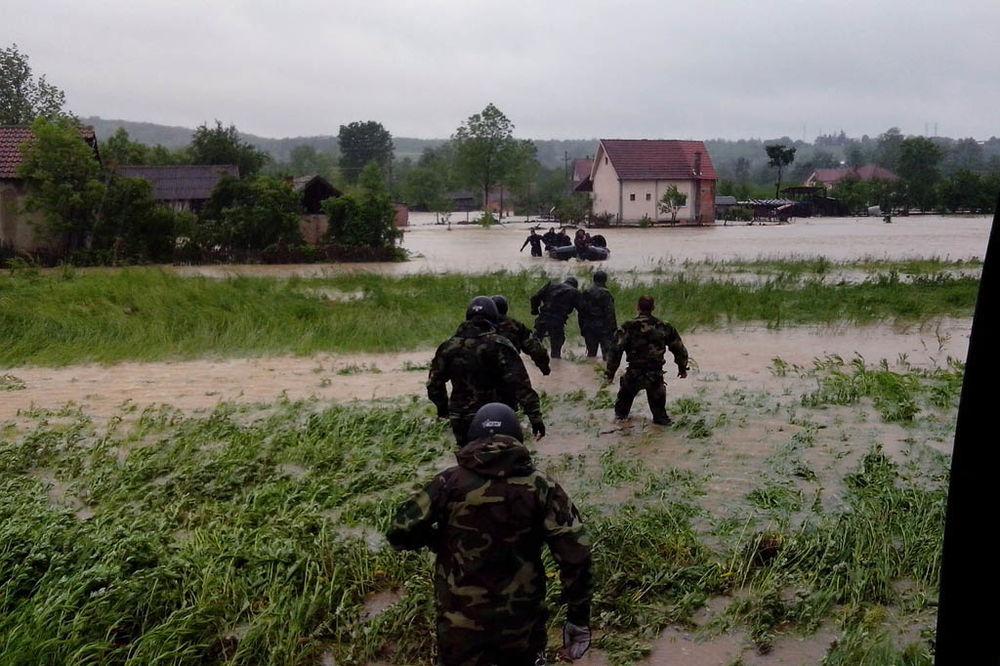 MAJ. 2014 GOD. Vojska-srbije-pomoc-poplavljenim-1400365053-499053