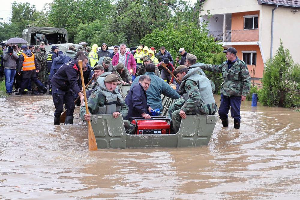MAJ. 2014 GOD. Vojska-srbije-pomaze-evakuaciju-iz-obrenovca-1400365329-499069