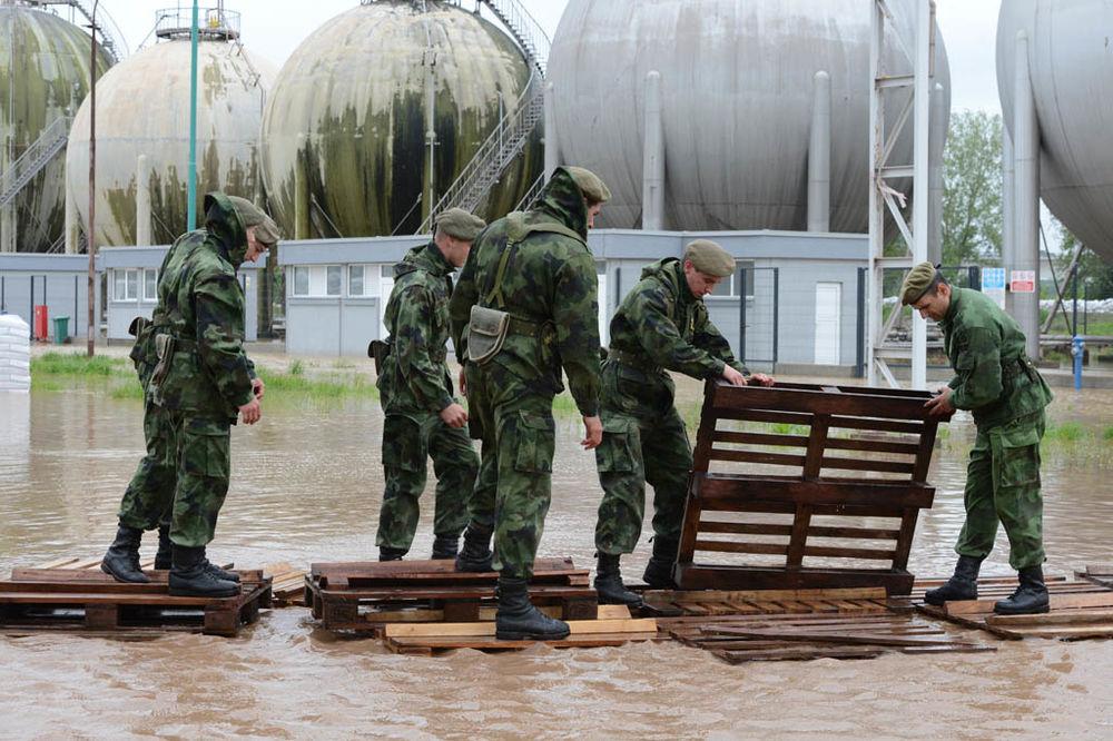 MAJ. 2014 GOD. Vojska-srbije-popmoc-poplavljenim-1400365647-499073