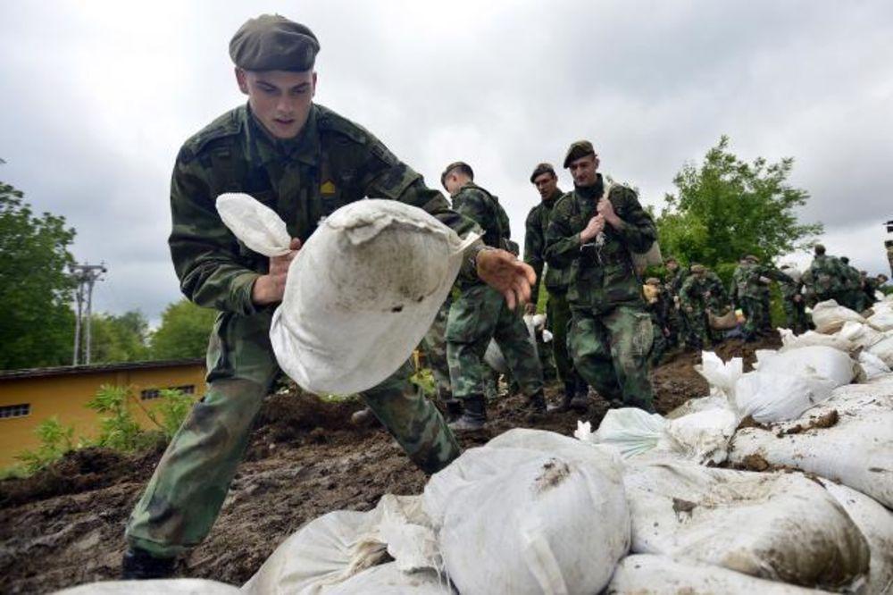 MAJ. 2014 GOD. Vojska-srbije-gradi-nasip-na-savi-kod-sapca-1400365932-499079