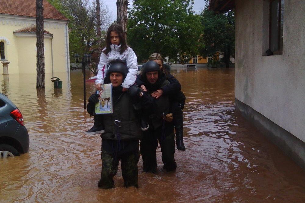 MAJ. 2014 GOD. Vojska-srbije-pomoc-poplavljenim-1400366075-499081