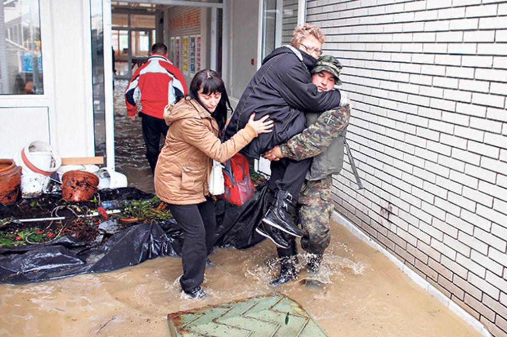 MAJ. 2014 GOD. Obrenovac-evakuacija-poplava-foto-rojters-1400405944-499347