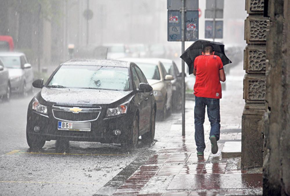 STIGLO OSVEŽENJE, ALI SPARNO: Ponesite kišobrane jer će pljuštati kiša!