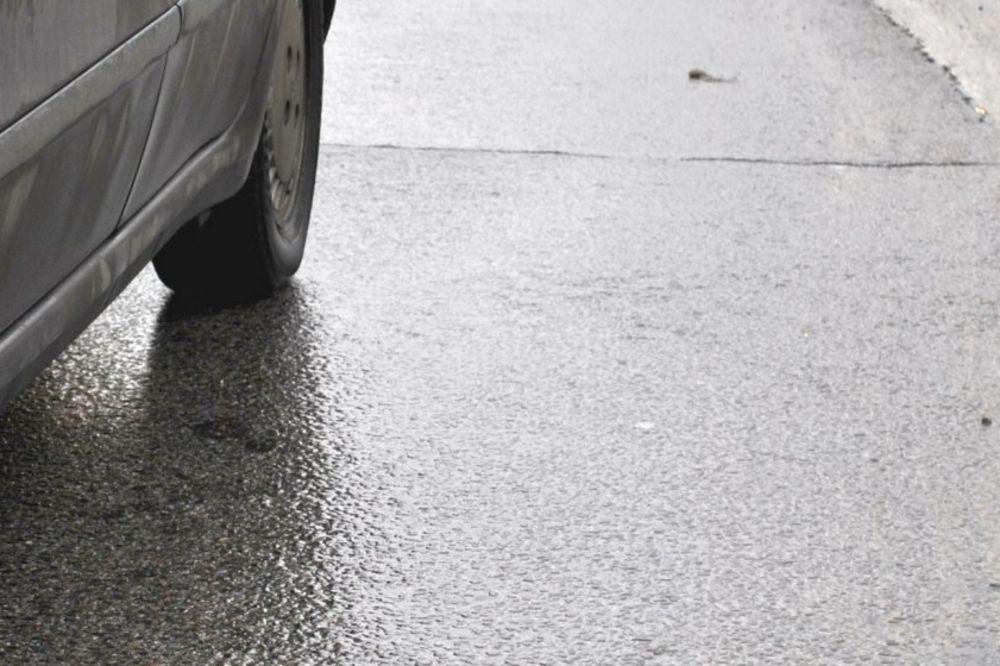 OPREZNO ZA VOLANOM: Mokri kolovozi, saobraćaj na pojedinim deonicama otežan