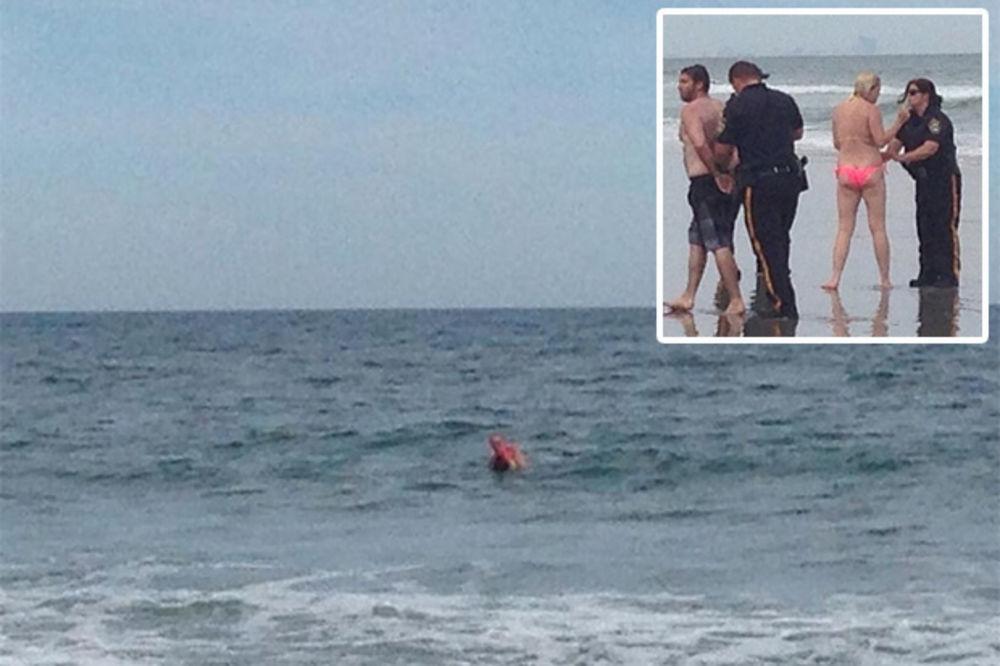 UHAPŠENI USRED SEKSA: Mladi par se dohvatio na plaži, policija ih jedva razdvojila