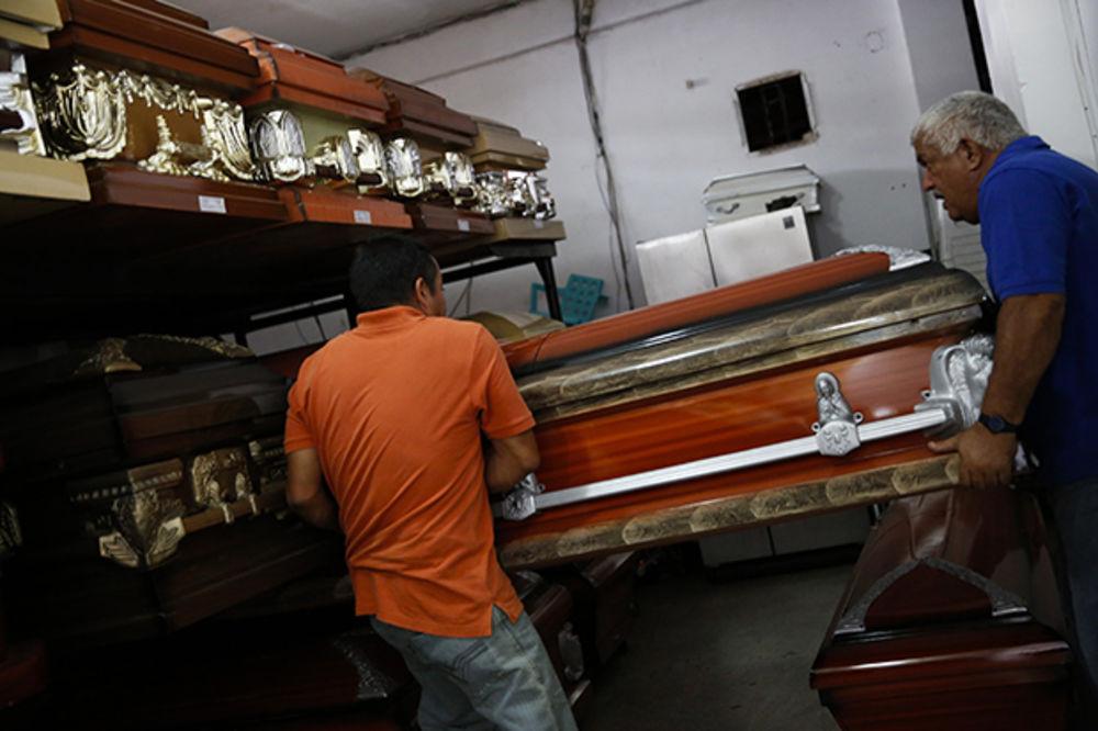 STRAVIČNA SMRT: Zakopali je živu, nesrećna žena udarala rukama o kovčeg!