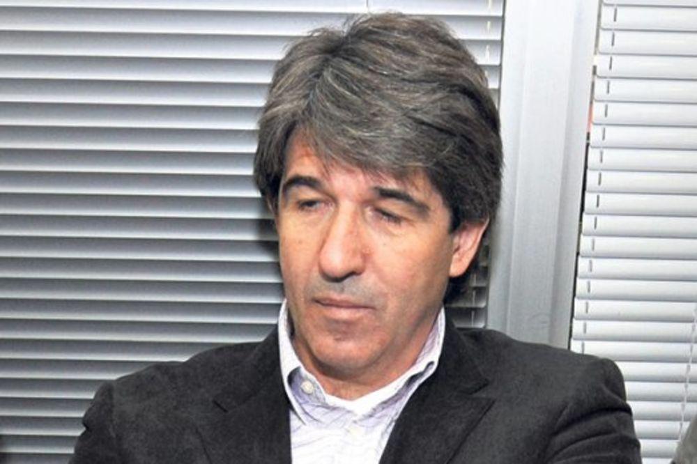 (FOTO) BIVŠI ŠAMPIONI SE NE ZABORAVLJAJU: Zvezdin Dika Stojanović sa peharom usred Milana