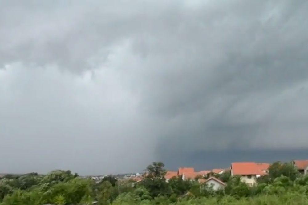 TORNADO KOD LAZAREVCA: Oduvao krovove sa kuća!