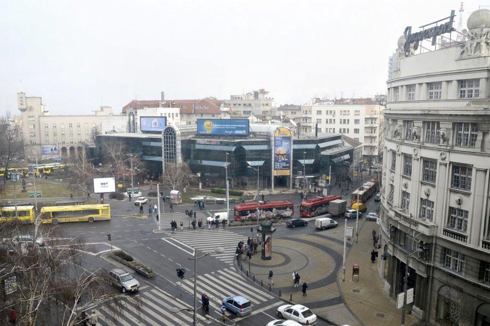 JAK VETAR: Deo staklene fasade pao na Trgu republike!