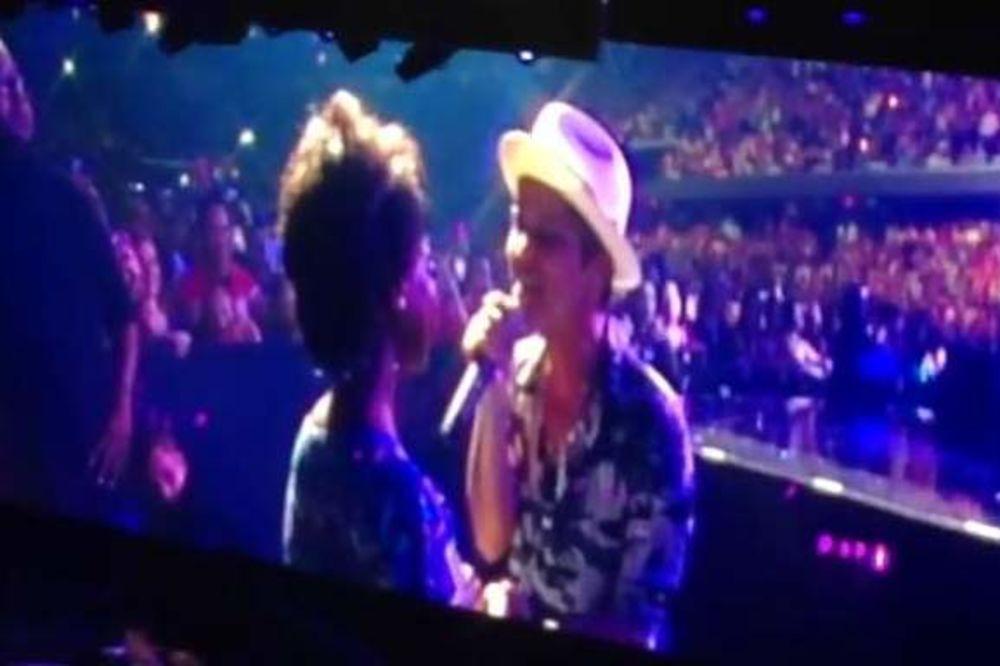 DIRLJIV NASTUP: Muzika Bruno Marsa pomogla devojci da se probudi iz kome!