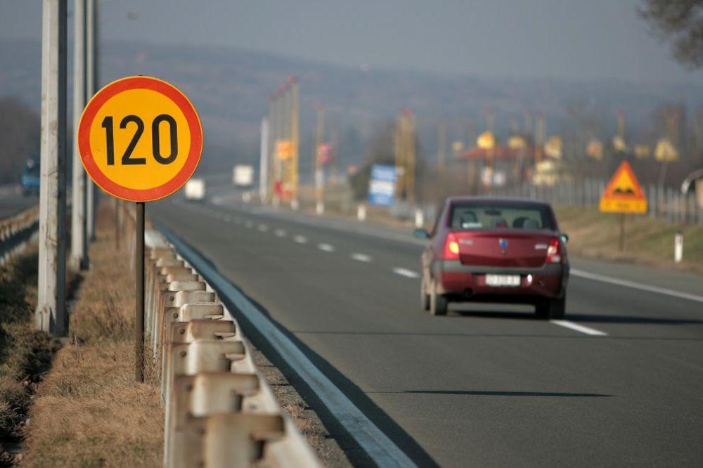 POVOLJNI USLOVI ZA VOZAČE: Suvi kolovozi i umeren saobraćaj na putevima u Srbiji