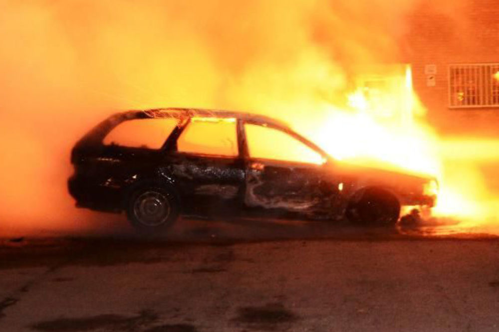 BEOGRAD: Molotovljevim koktelom zapaljen džip na Senjaku