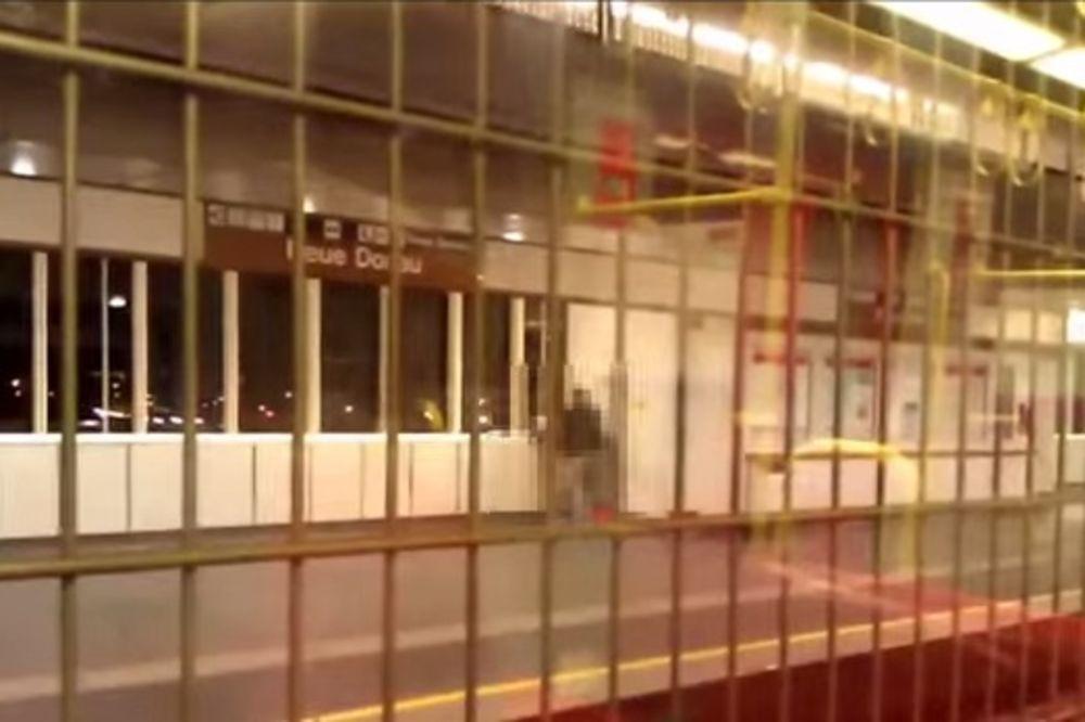 (VIDEO) BEČLIJE U ŠOKU: Žestok seks u metrou pred putnicima!