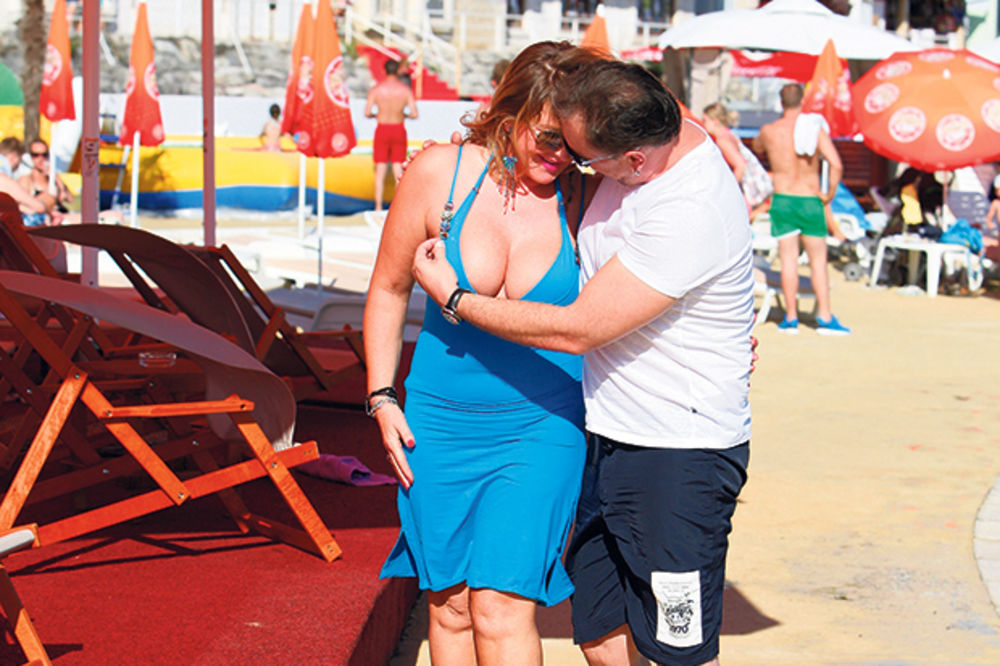 PAPARACO: Knez izvaćario devojku na plaži!